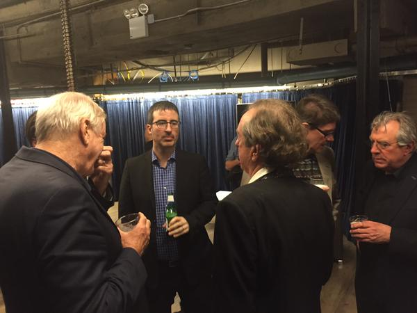 Os pythons e John Oliver, minutos antes de subirem no palco