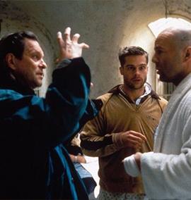 Terry Gilliam dirigindo Bruce Willis e Brad Pitt na profecia da pandemia