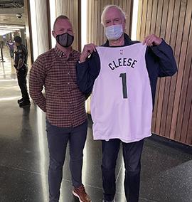 Será que John Cleese assinou contrato com um time de basquete?