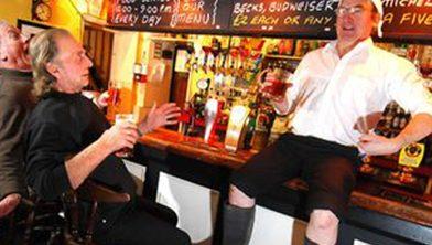 Pubs Britânicos Comparam Governo com Monty Python